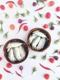 在一个圆的条板箱的短的鲭鱼由竹子制成,使用对transpor 免版税图库摄影