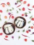 在一个圆的条板箱的短的鲭鱼由竹子制成,使用对transpor 库存照片