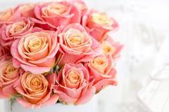 在一个圆的箱子的美丽的桃红色玫瑰 在一个圆的箱子的桃子玫瑰 在一个圆的箱子的玫瑰在白色木背景 免版税库存图片