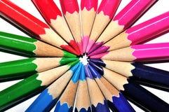 在一个圈子的五颜六色的铅笔在白色背景 库存图片