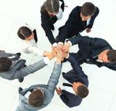 在一个圈子的商人加入的手在办公室 免版税图库摄影