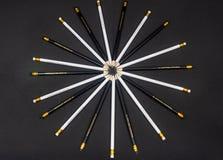 在一个圈子的黑白铅笔在黑背景 库存照片