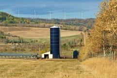 在一个土坎的风轮机在秋天 库存照片