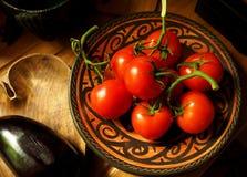 在一个土气哥斯达黎加的碗的蕃茄 免版税库存图片