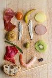 在一个土气委员会的Pintxos Pintxo成份,从巴斯克地区的食物 免版税图库摄影