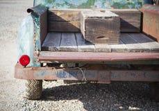 在一个土气室外设置的老生锈的古色古香的卡车摘要 免版税库存图片