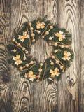 在一个土气木前门的圣诞节花圈 免版税库存图片