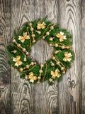 在一个土气木前门的圣诞节花圈 图库摄影