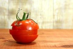 在一个土气木板条的蕃茄 免版税库存照片