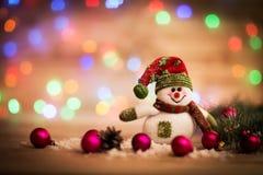 在一个土气木板的雪人 图库摄影