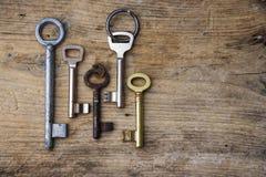 在一个土气木板,拷贝空间的各种各样的钥匙 库存图片