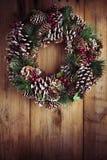 在一个土气木门的圣诞节花圈 免版税图库摄影