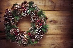 在一个土气木门的圣诞节花圈 免版税库存图片