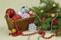 在一个土气样式、莓果和玩具装饰的圣诞树 免版税库存图片