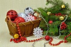 在一个土气样式、莓果和玩具装饰的圣诞树 图库摄影
