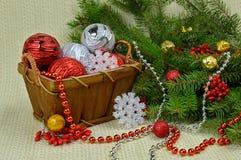 在一个土气样式、莓果和玩具装饰的圣诞树 库存照片