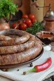 在一个土气样式的传统熏制的香肠圆环 开胃香肠由猪肉和羊羔制成用新鲜的草本,香料在woode 免版税库存照片