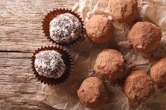在一个土气样式的块菌状巧克力 水平的顶视图 免版税库存照片