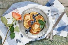 在一个土气样式的夏天早餐 免版税库存图片