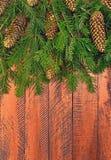 在一个土气样式的新年背景 圣诞节t的分支 免版税库存照片