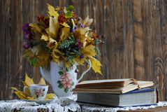 在一个土气样式的秋天静物画 库存图片