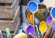 在一个土气样式的陶瓷匙子与色的中部 免版税图库摄影