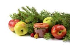 在一个土气样式装饰的圣诞树 免版税库存图片
