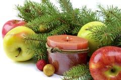 在一个土气样式装饰的圣诞树 免版税图库摄影