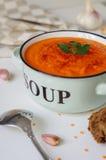 在一个土气碗的扁豆奶油色汤有黑面包片断的  图库摄影
