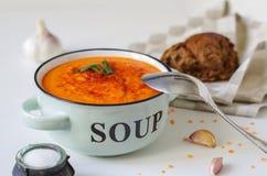 在一个土气碗的扁豆奶油色汤有黑面包片断的  免版税库存图片