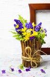 在一个土气花瓶的五颜六色的春天花 库存图片