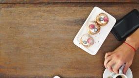 在一个土气设置的新近地被烘烤的蓝莓松饼用牛奶和咖啡在桌顶上的射击与copyspace 影视素材
