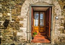 在一个土气门面的门在托斯卡纳 免版税库存图片