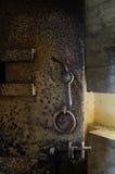 在一个地下地堡的生锈的老重金属的门在点du 库存图片