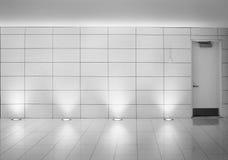 在一个地下蒙特利尔地铁走廊的墙壁和门 免版税库存照片