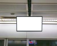 在一个地下段落的空白的广告牌。 库存图片