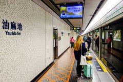 在一个地下火车站的人等待的火车在香港 免版税库存图片