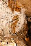 在一个地下洞的墙壁上的石灰石形成 免版税图库摄影