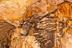 在一个地下洞的墙壁上的石灰石形成 免版税库存图片