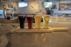 在一个地方啤酒厂的品尝啤酒 免版税图库摄影