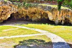 在一个地方城市公园里面的一个洞走道 免版税库存图片