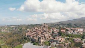 在一个地方老镇的鸟瞰图小山的 很多大厦做了砖 影视素材