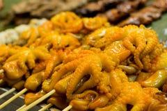 在一个地方街道食物市场chatuchak市场上的可口章鱼在泰国在亚洲 免版税库存图片