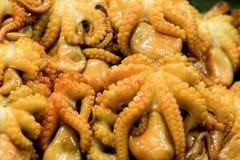 在一个地方街道食物市场chatuchak市场上的可口章鱼在泰国在亚洲2 免版税图库摄影
