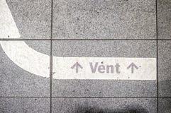 在一个地板上的白色地铁标志,在进入地铁前 免版税库存图片