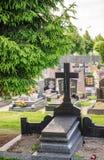 在一个坟墓的十字架在cimitery 免版税库存图片