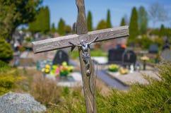 在一个坟墓的木十字架在公墓 库存图片