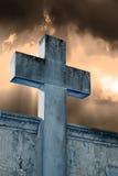 石十字架在公墓 免版税库存照片