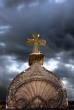 在坟墓的石十字架 免版税库存图片