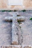 石十字架在公墓 免版税库存图片